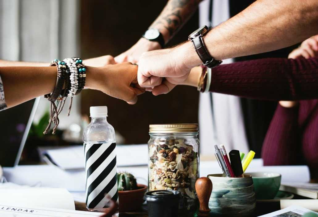 Hände halten sich - gute Zusammenarbeit im Büro mit Mentaltraining